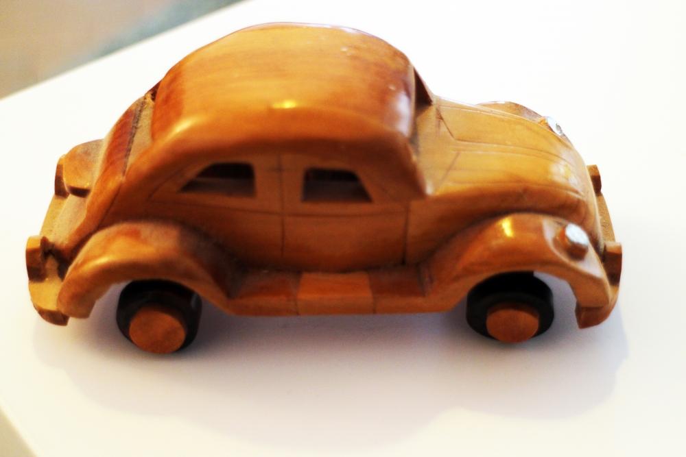 petite voiture ancienne en bois luckyfind. Black Bedroom Furniture Sets. Home Design Ideas