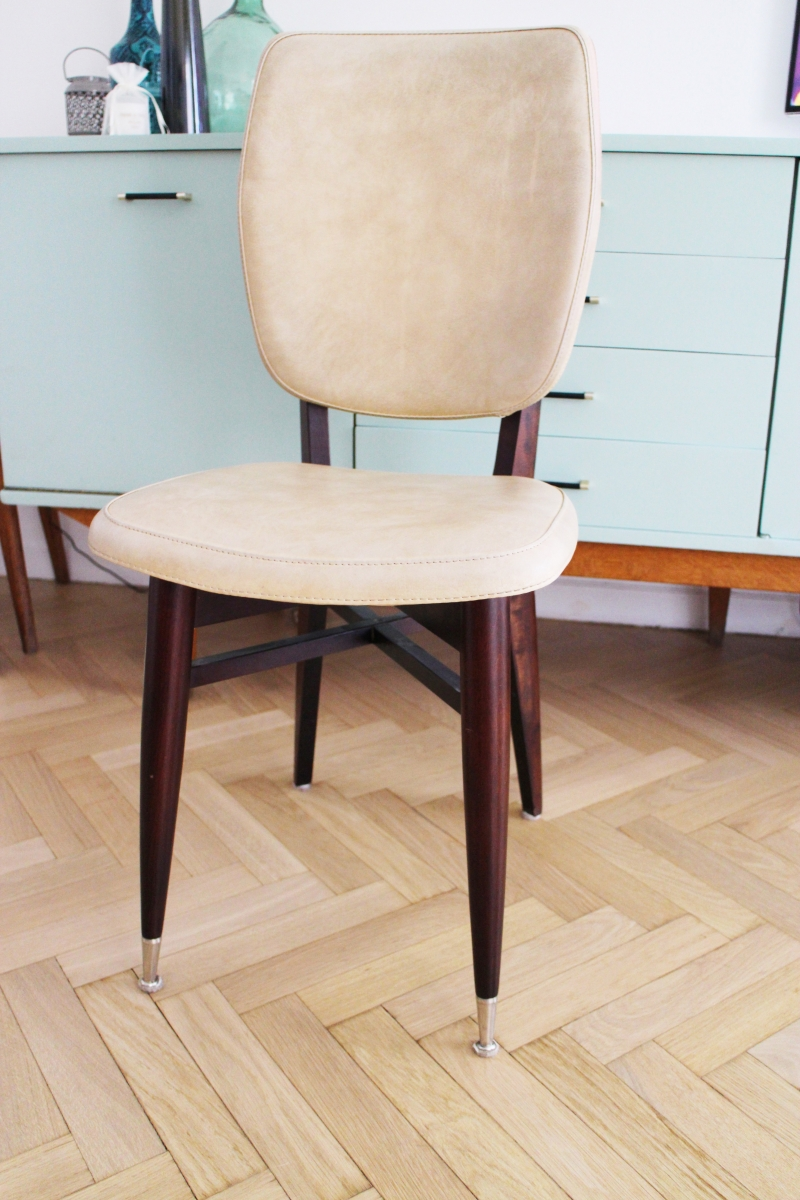 Chaise vintage scandinave pas ch re de couleur beige for Chaise de cuisine pas chere