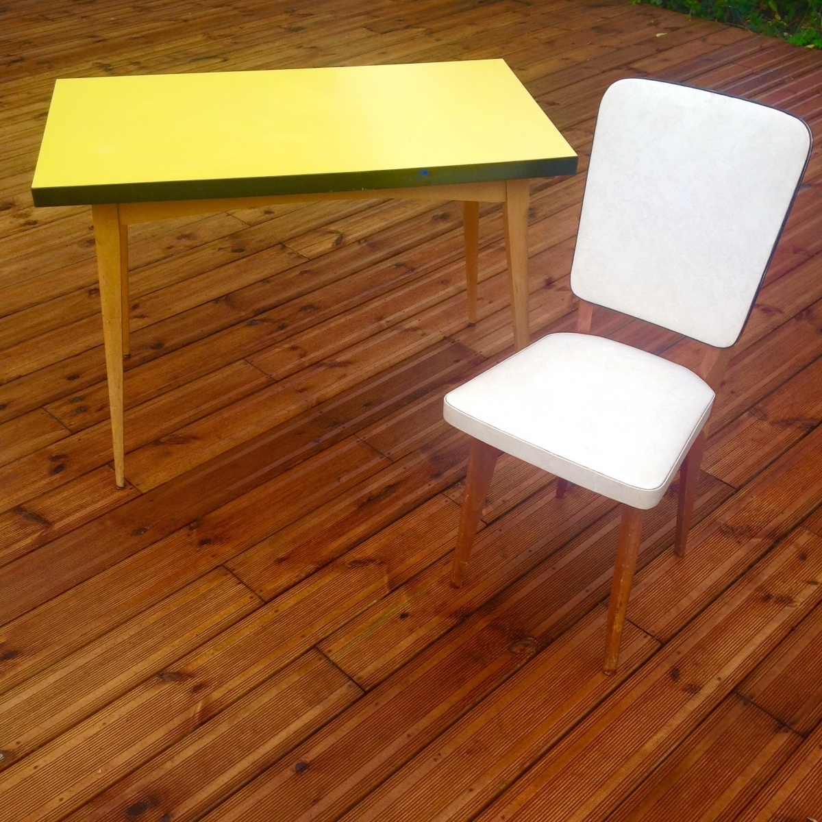 table vintage scandinave pas cher en formica jaune avec pieds compas luckyfind. Black Bedroom Furniture Sets. Home Design Ideas