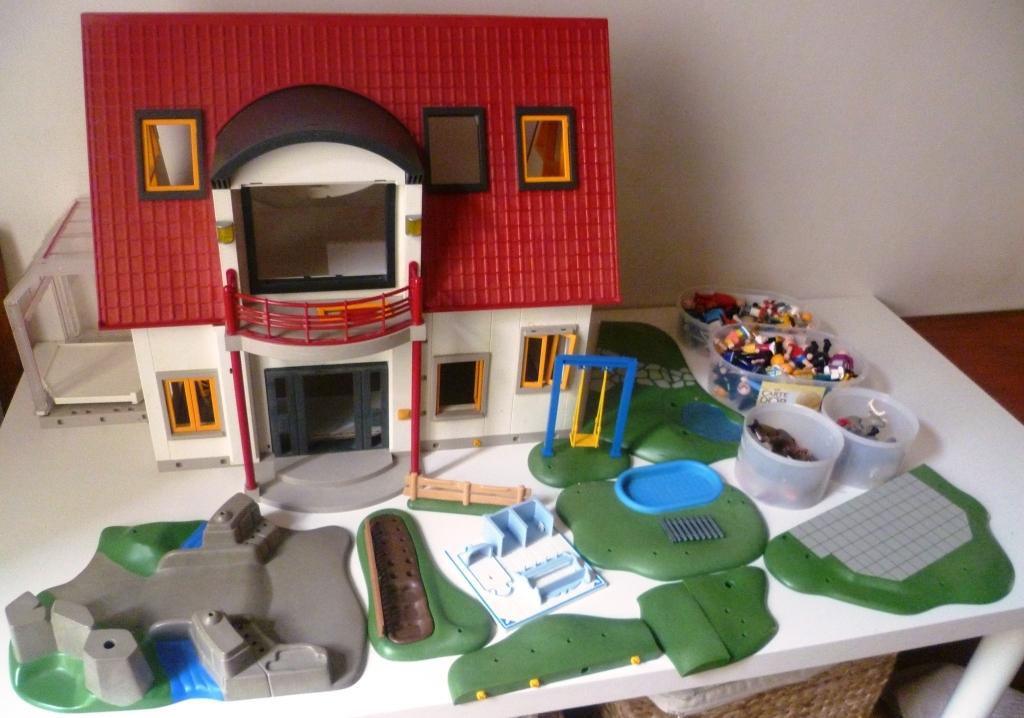 maison playmobil avec 200 accessoires et figurines luckyfind. Black Bedroom Furniture Sets. Home Design Ideas