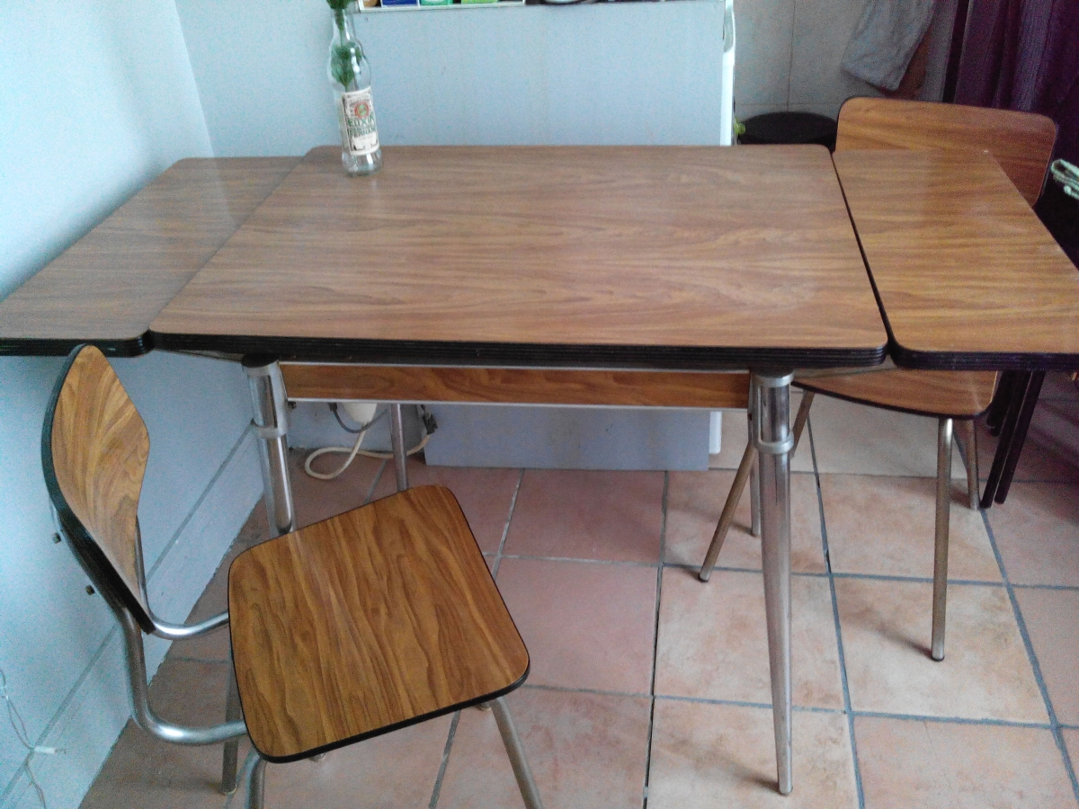 Table formica 2 chaises luckyfind for Table formica