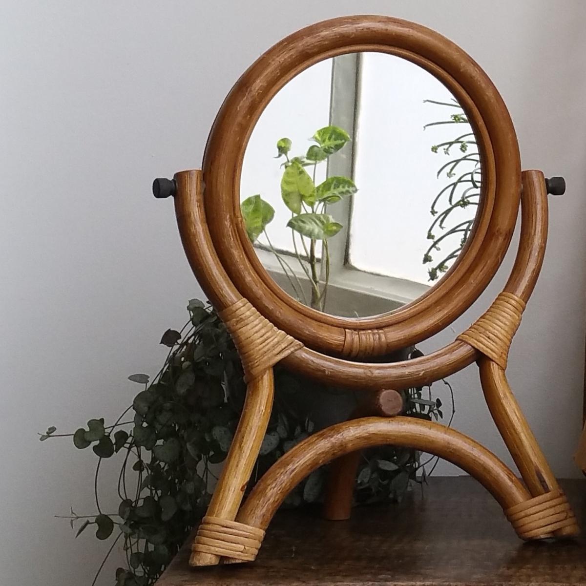 Ravissant miroir rond en rotin sur pieds tripodes des for Petit miroir rond sur pied