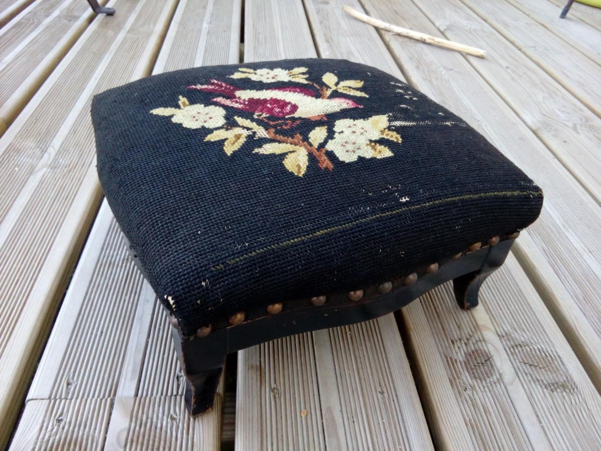 repose pied en bois vintage r tro romantique tapiss d 39 un canevas tabouret bas assise. Black Bedroom Furniture Sets. Home Design Ideas