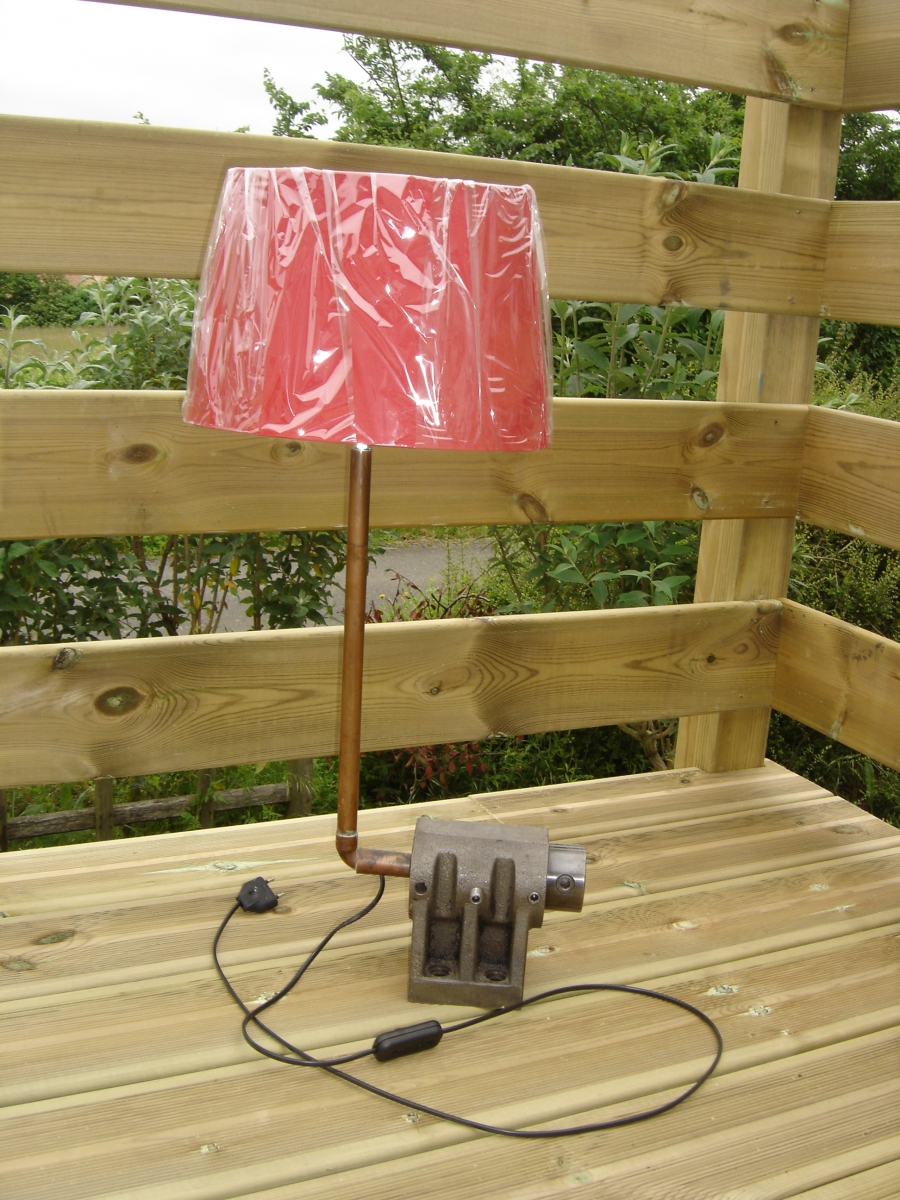 lampe poser industrielle pi ce recycl e d tourn e. Black Bedroom Furniture Sets. Home Design Ideas