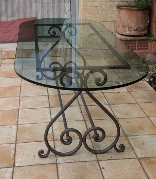 Grande table ovale de jardin avec plateau de verre luckyfind for Grande table de jardin verre