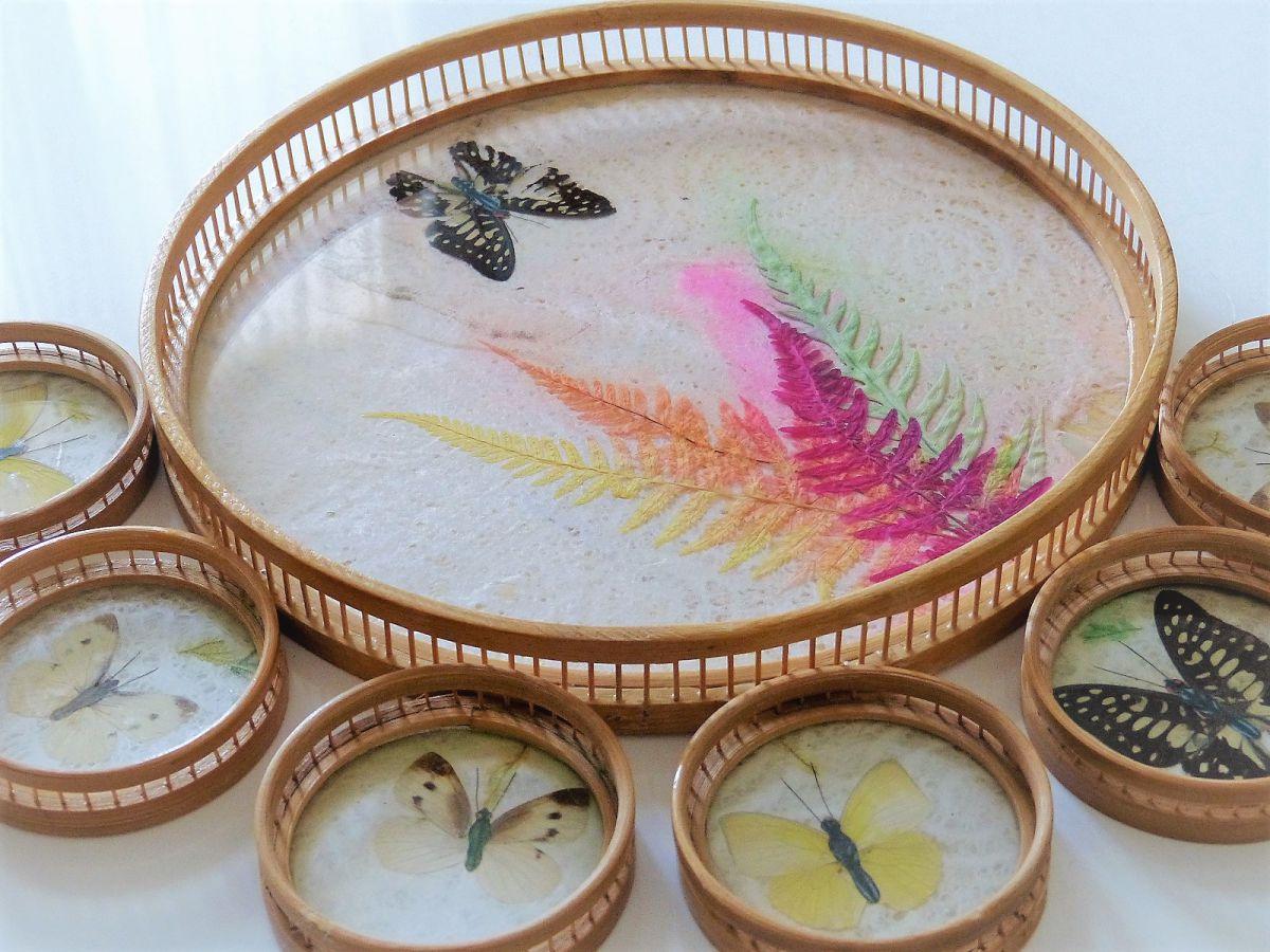 plateau rond et 6 dessous de verre en bambou avec d cor de papillons et de feuillage color s. Black Bedroom Furniture Sets. Home Design Ideas
