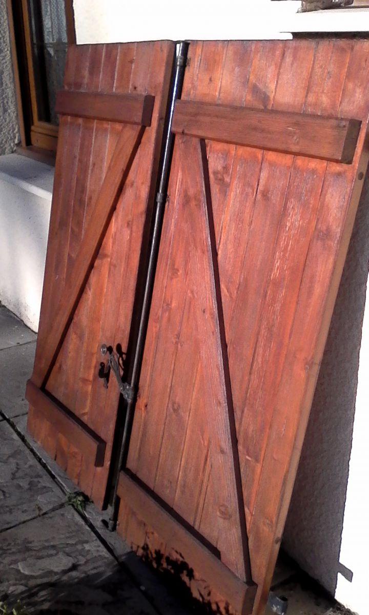 volet en bois pour porte fenetre luckyfind. Black Bedroom Furniture Sets. Home Design Ideas