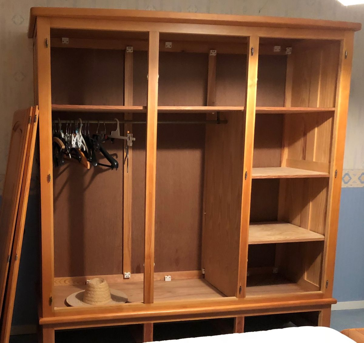 armoire 3 portes en pin massif luckyfind. Black Bedroom Furniture Sets. Home Design Ideas