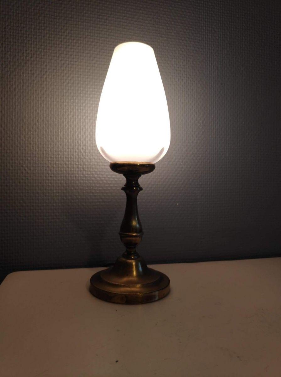 lampe avec pied en laiton et globe en opaline blanche ovoïde