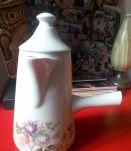 Jolie chocolatière ancienne en porcelaine