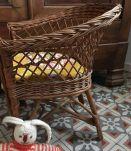 Fauteuil enfant en rotin et osier avec coussin vintage.