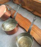 Grande étagère et sa batterie de casseroles en cuivre