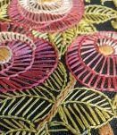 broderie encadrée vintage fleurs sur tissu noir