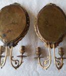Paire de bougeoirs en applique à 2 feux, bronze doré