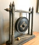 Gong sur portique en bois