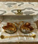 Ensemble salière et poivrière anciennes en porcelaine