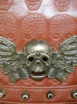 Pochette bandoulière avec chaines tête de mort bordeaux