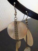 Boucles d'oreilles dormeuses en métal argenté et nacre blanc-neuf