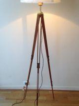 élégant lampadaire créé s/ancien trépied photo en bois