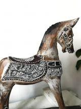 Cheval à bascule en bois peint