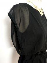 Robe noire dentelle satin ample cintrée élastique vintage