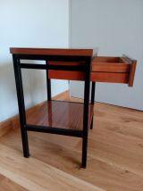 Chevet formica et métal noir dans le style moderniste