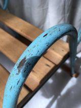Fauteuil enfant en bois et accoudoirs en fer