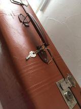 Grande valise marron ancienne.