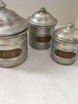 Série de pots de cuisine anciens en aluminium.