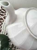 Théière blanche en porcelaine de Limoges .