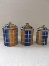 Trois pots à épices en tole émaillée .