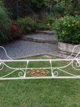 Ancien lit banquette en fer forgé blanc et or avec ses couss