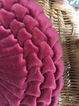 Coussin rond vintage en velours plissé bordeaux .