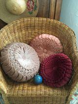 Coussin rond vintage tissu plissé rose moiré .