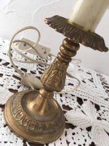 Lampe de table ou de chevet en métal doré .