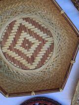 Composition murale de corbeilles et plateaux en osier .