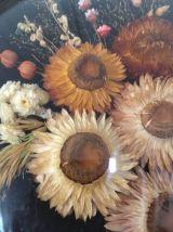 Cadre verre bombé rond fleurs séchées naturelles.