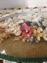Ancien cadre bombé ovale  de fleurs séchées.
