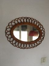 Miroir ovale en rotin des années 60.