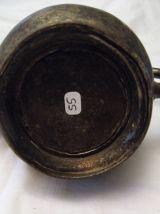Théière en orfèvrerie argenté. artisanal motif