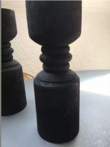 Paire de bougeoirs piliers en bois noir