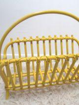 porte revues en rotin,revisité en jaune