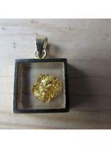Très joli pendentif présentant une feuille d'or sous verre;