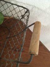 Corbeille en fil de fer grillagé.