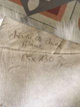 Peau de chèvre à poils longs blancs.