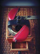 DIENES moulin à café bois blond et rouge vintage