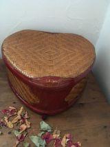 Boite en bambou tressé et en partie laquée style asiatique.