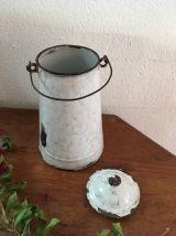 Pot à lait émaillé ancien.