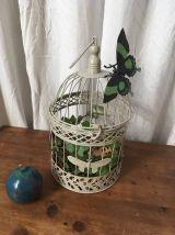 Cage à oiseaux en métal gris au décor de papillons.