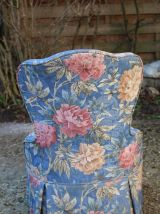 Fauteuil crapaud bleu motif pivoine à décor vintage